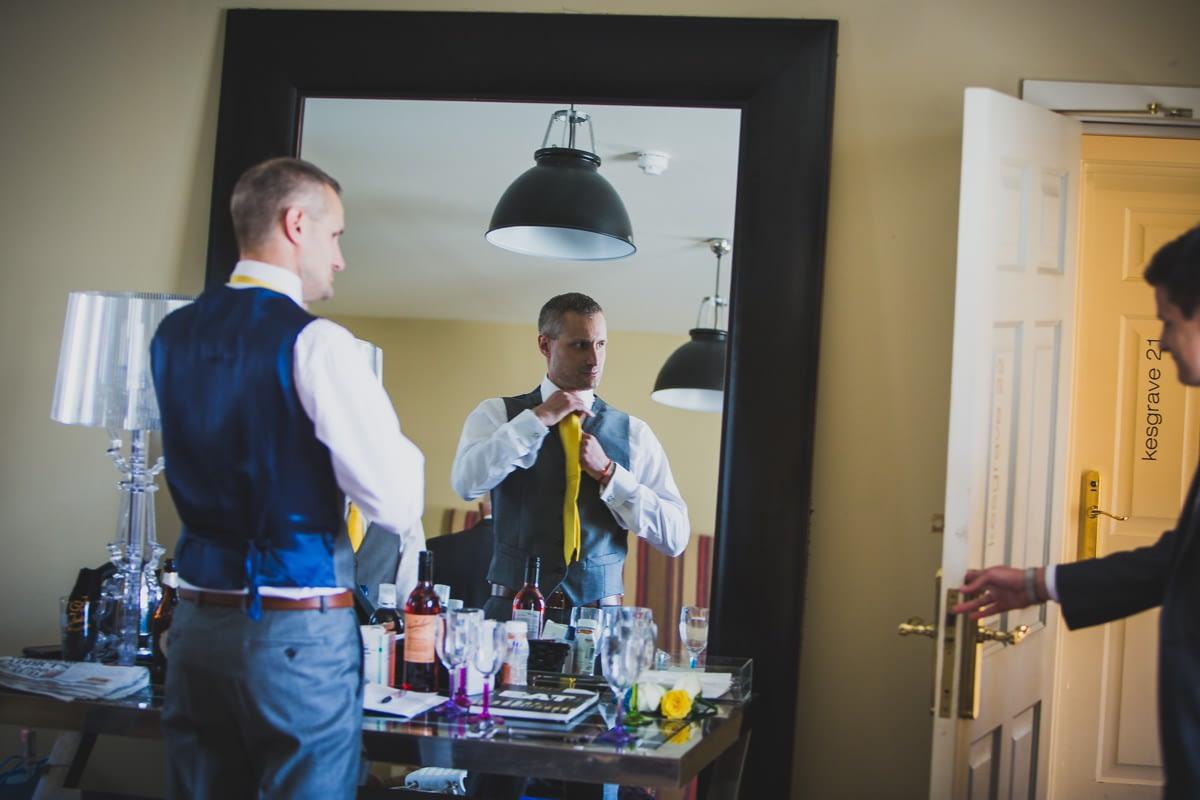 groom putting tie on
